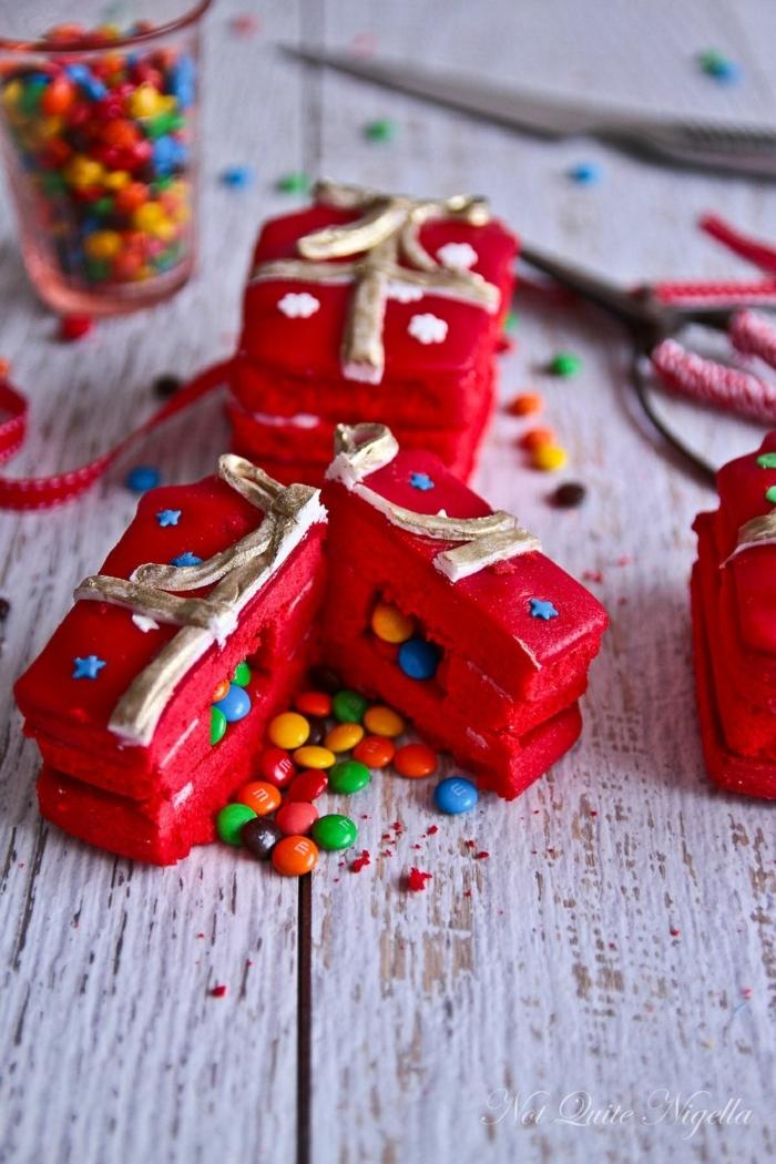 postres caseros con sorpresa, pastel DIY decorado Navidad relleno de caramelos, ideas de regalos para amigo invisible