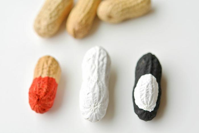motivos navideños hechos a mano con materiales naturales, cáscaras de cacahuetes pintadas con pintura acrílica