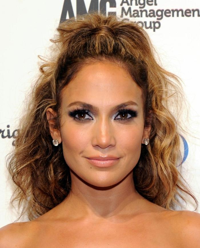 Jennifer Lopez con pelo rizado semirecogido alto, peinados pelo rizado en tendencia 2018 2019