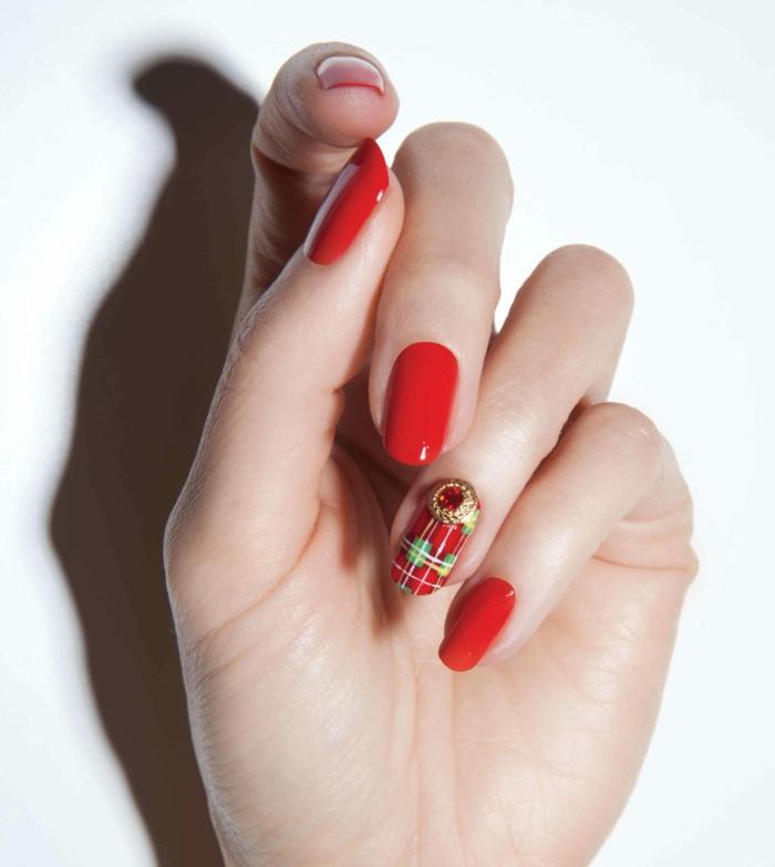 largas uñas pintadas en rojo con detalles navideños, uñas navideñas elegantes y fáciles de hacer