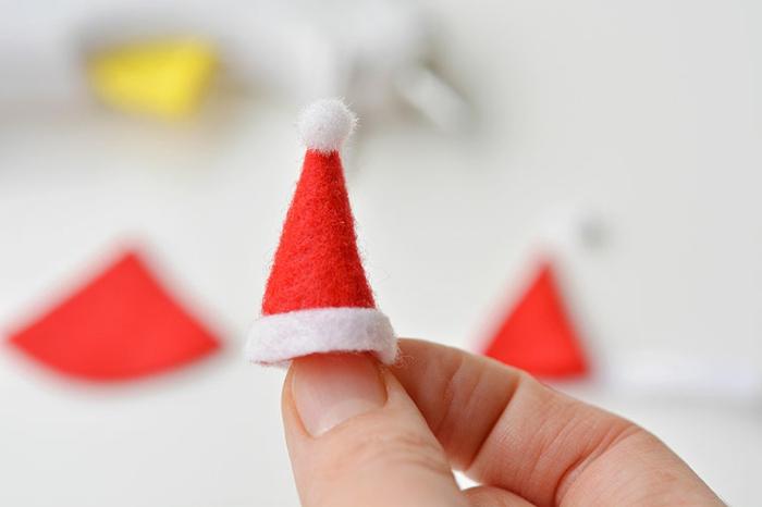 pequeños gorros de papá noel de tela, motivos navideños para hacer en casa paso a paso