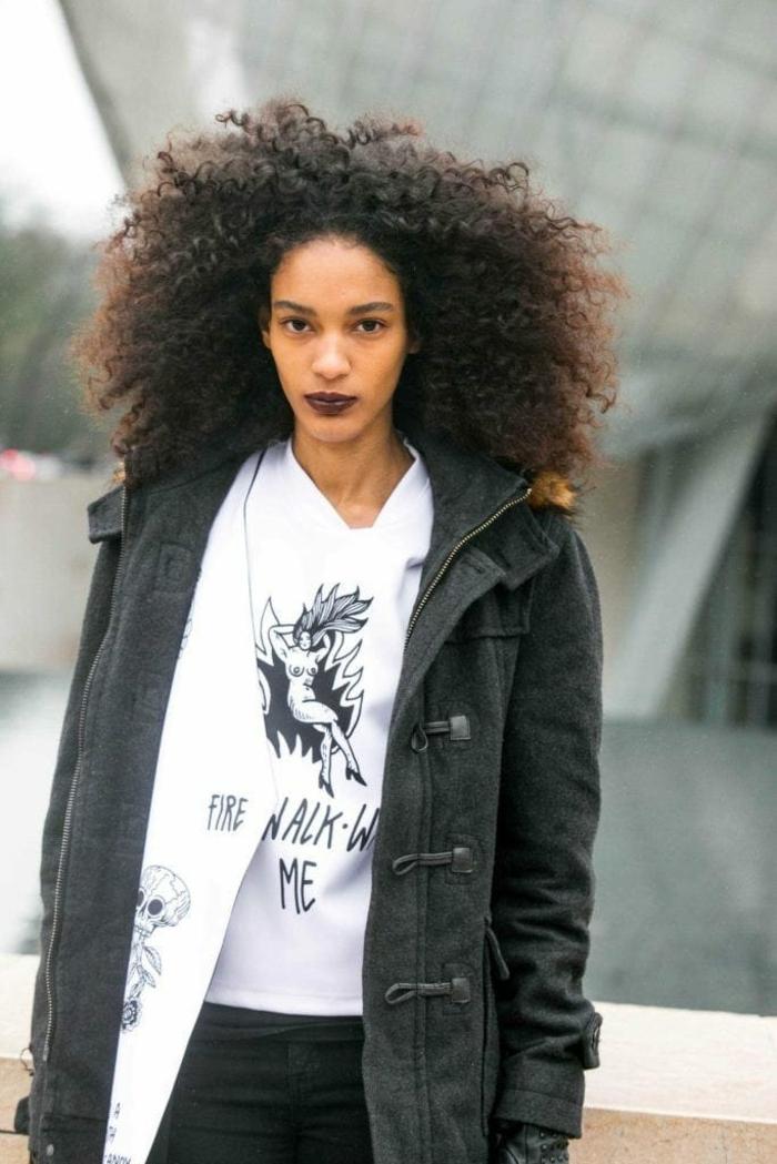 ideas sobre cómo llevar una melena afro en 2018, cabello cortado en capas con mucho volumen