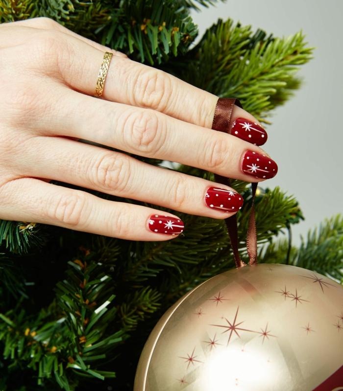 bontias uñas navideñas diseño clásico, uñas ovaladas pintadas en rojo con detalles blancos