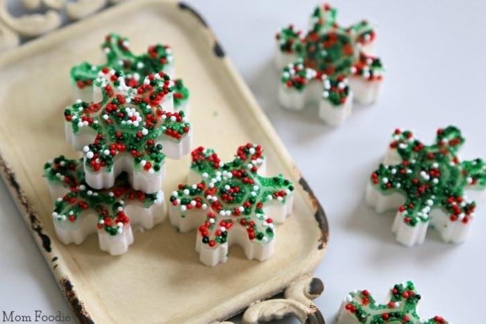 pequeños jabones hechos a mano decorados para Navidad, ideas de regalos para amigo invisible caseros