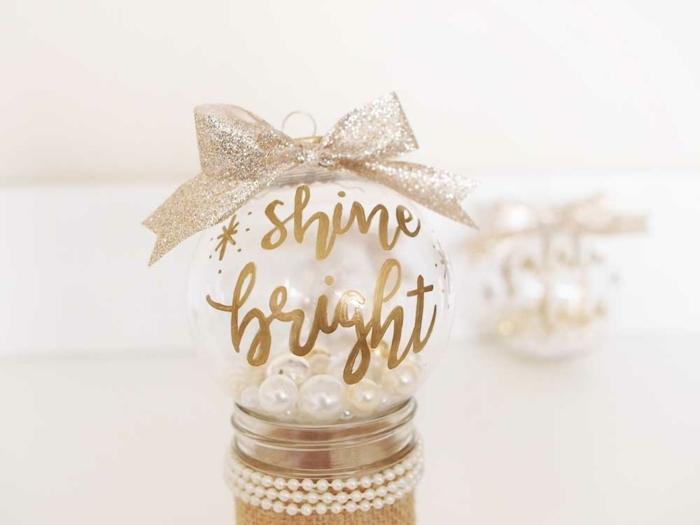 esferas navideñas decoradas con letras en dorado llenas de perlas, manualidades navideñas fáciles de hacer y super originales