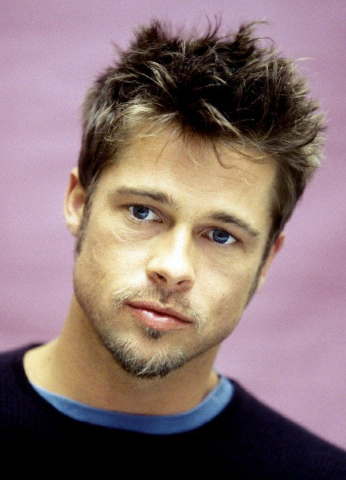 ideas de cortes degradado hombre, Brad Pitt peinado con pelo texturizado, mechas hacia arriba