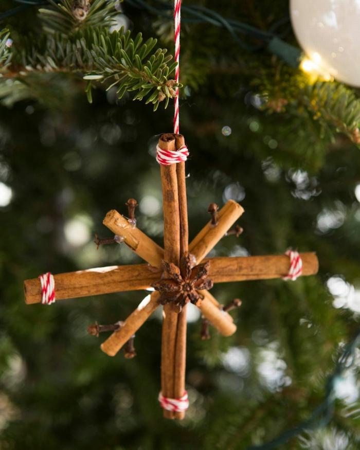 ornamento navideño en forma de estrella hecho de palos de canela, ideas de adornos navideños hechos de materiales naturales