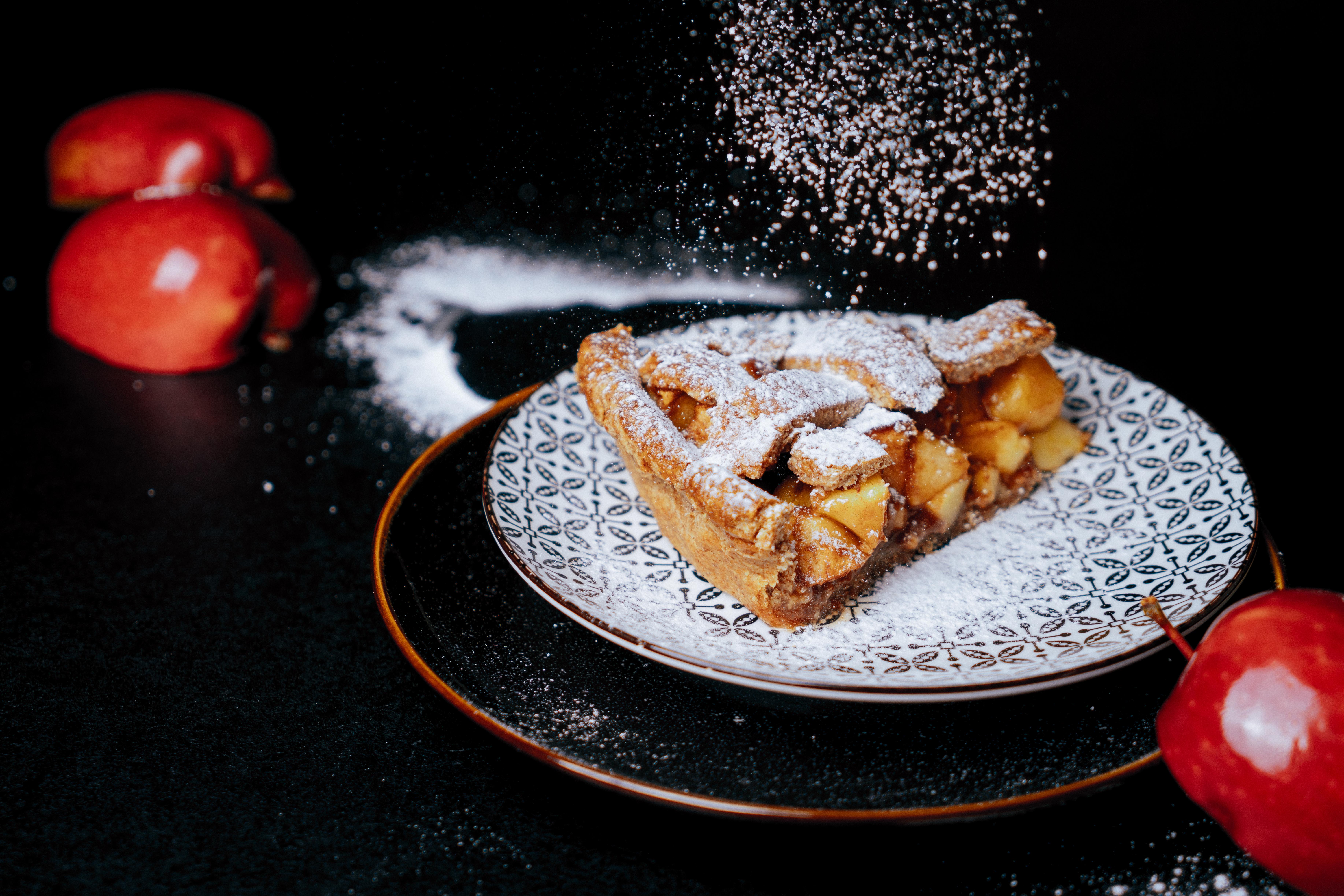 trozo de patel de manzanas casero hecho con harina integral, tarta de manzanaas con azucar glas, ideas de recetas caseras