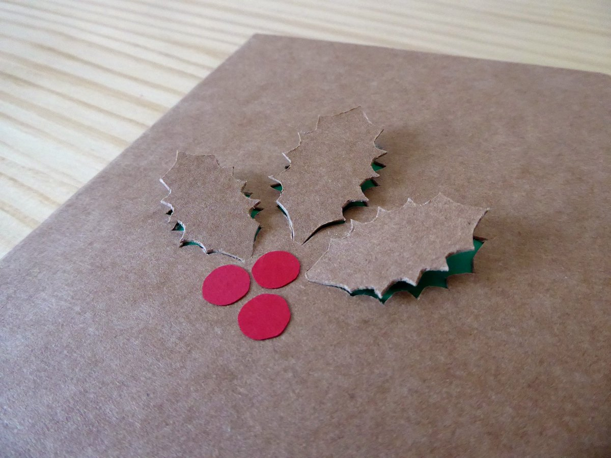 tarjetas navideñas manualidades, decoración bonita con acebo, tarjetas de cartón hechas a mano