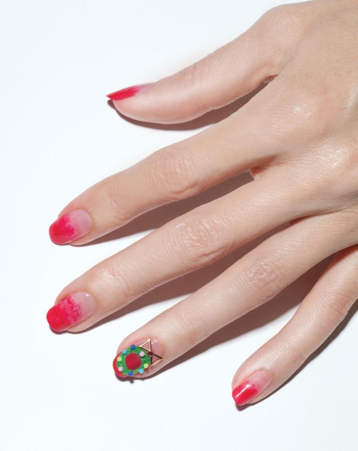 ejemplos de diseños de uñas faciles, uñas largas con efecto ombre en rojo, decoración uñas navidad