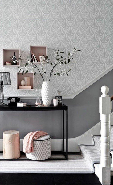 ideas de colores que combinan con gris, preciosa entrada con escalera, paredes con papel pintado en gris motivos florales, detalles en colores pastel