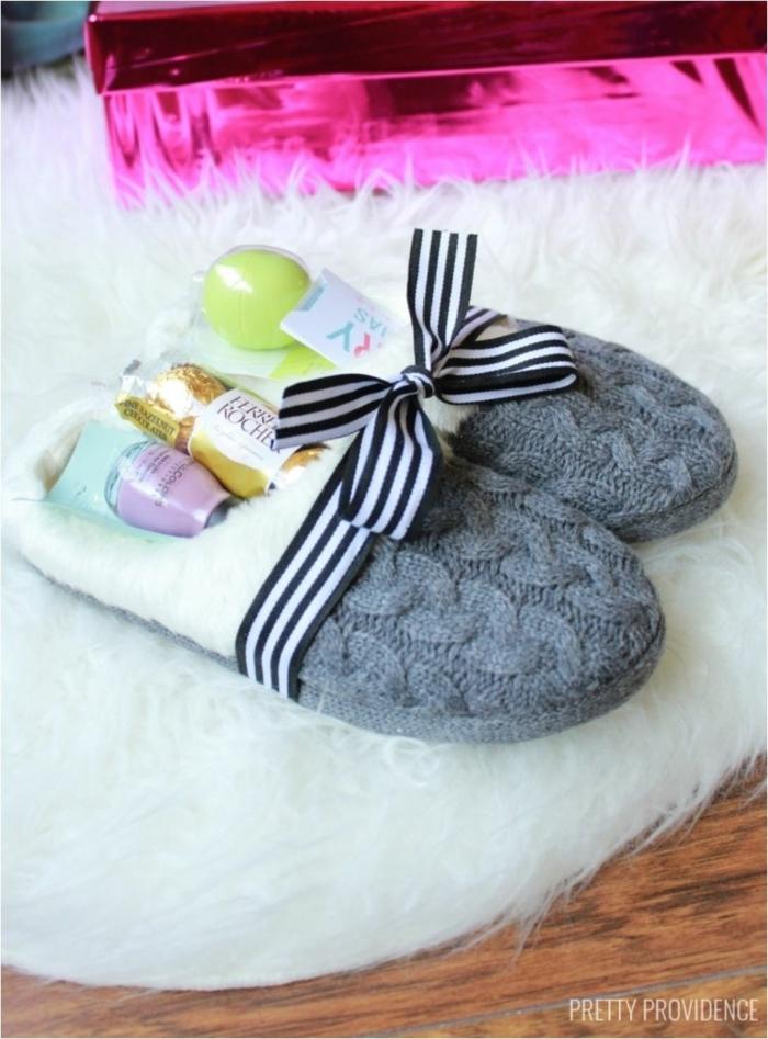 originales propuestas de regalos de Navidad para tus colegas, regalos para amigo invisible, pantuflas llenas de regalos