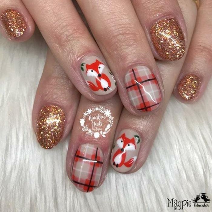 diseños atractivos para Navidad con dibujos uñas, uñas pintadas en beige y dorado con decoraciones en rojo