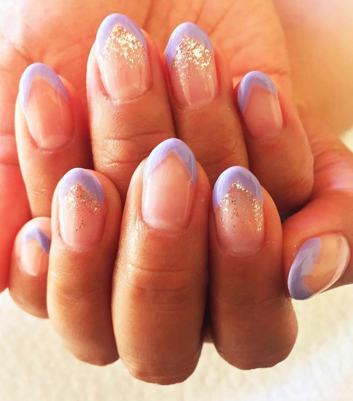 bonitas uñas francesas con puntas en color lila y brillo, diseños de uñas para las fiestas navideñas