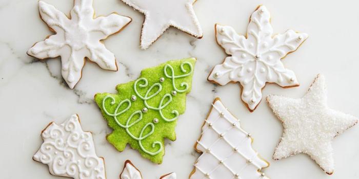 galletas de mantequilla decoradas con glaseado real, árboles de navidad, estrellas navideñas
