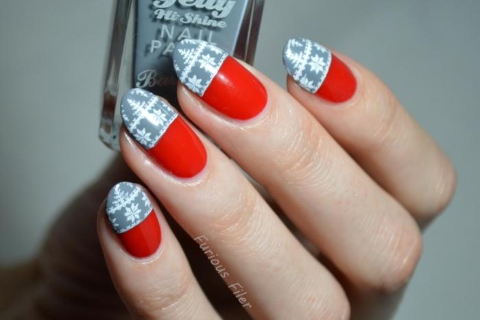 uñas almendradas pintadas en rojo fuego con decoración en gris y dibujos uñas de copos de nieve en blanco