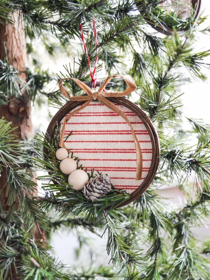 precioso adorno de madera en estilo rústico, cómo adornar el árbol con adornos navideños caseros ideas en bonitas imágines