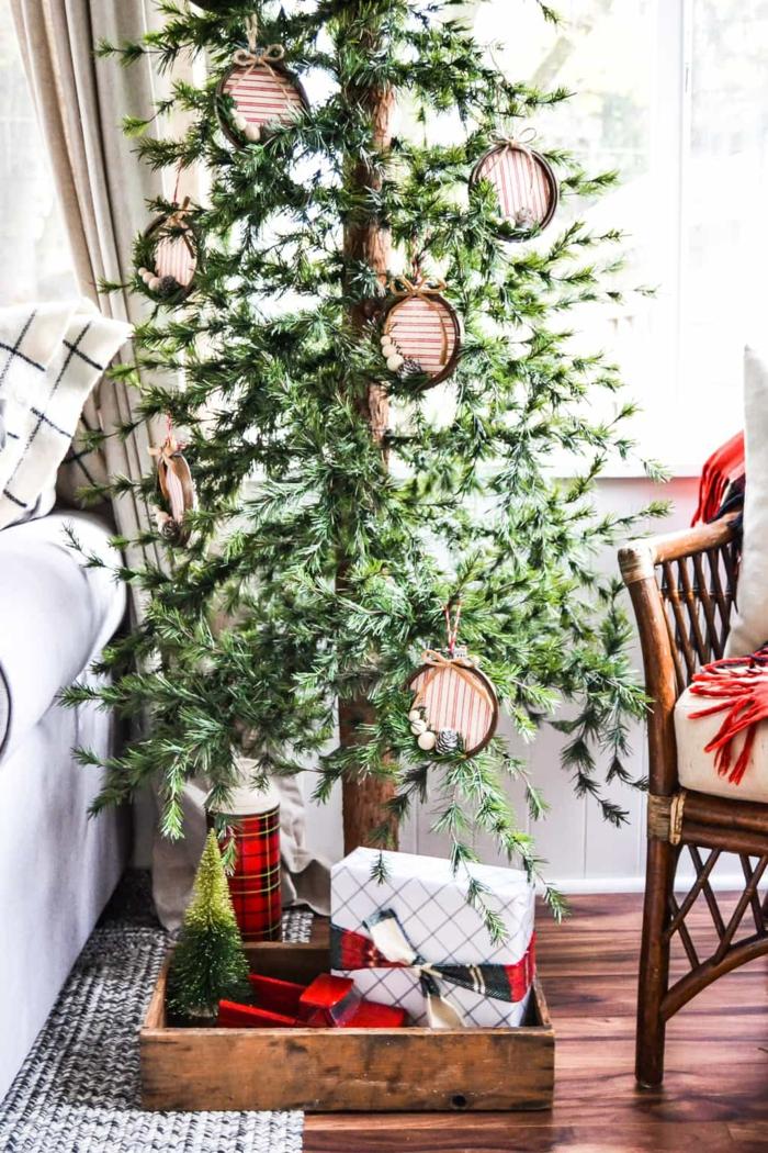 árbol de navidad rustico con decoración minimalista, adornos navideños caseros con tutoriales paso a paso