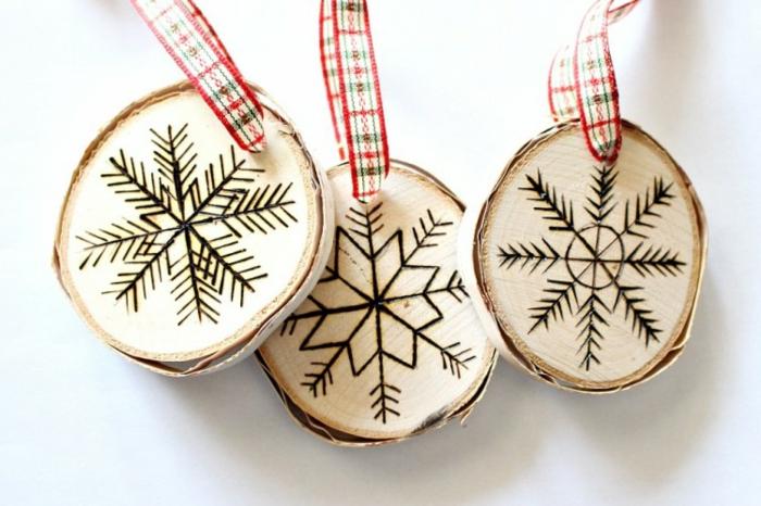 rodajas de madera con decoración tallada, decoracion navideña manualidades paso a paso