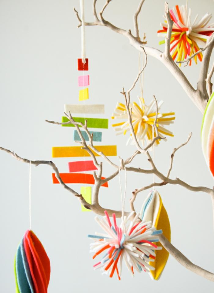 adornos de navidad para un árbol casero, ornamentos de fieltro en diferentes colores, manualidades navideñas faciles
