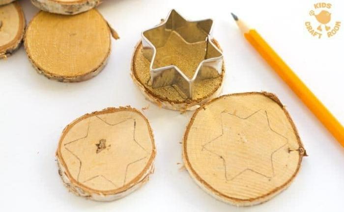 manualidades navideñas con materiales naturales, rodajas de madera decoradas, tutoriales decoración navidad