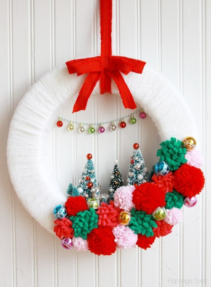 corona DIY decorada con pompones, manualidades navideñas para decorar en hogar, guirnalda hecha a mano