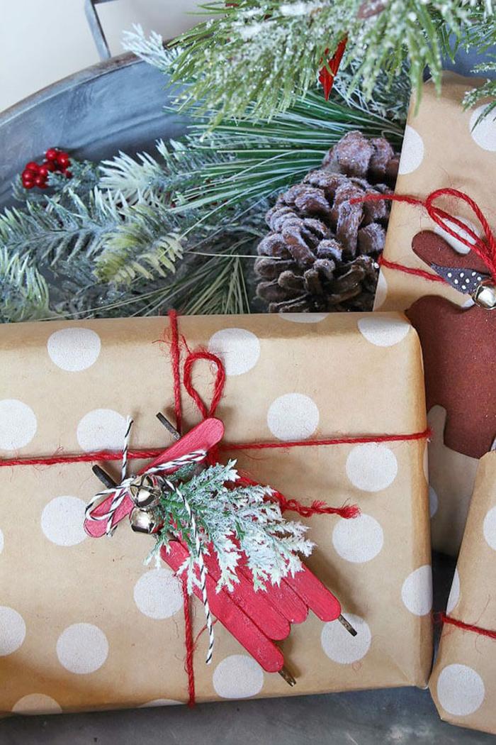 ideas de adornos de navidad caseros de materiales reciclados, trineos hechos de palitos de helado pintados en rojo