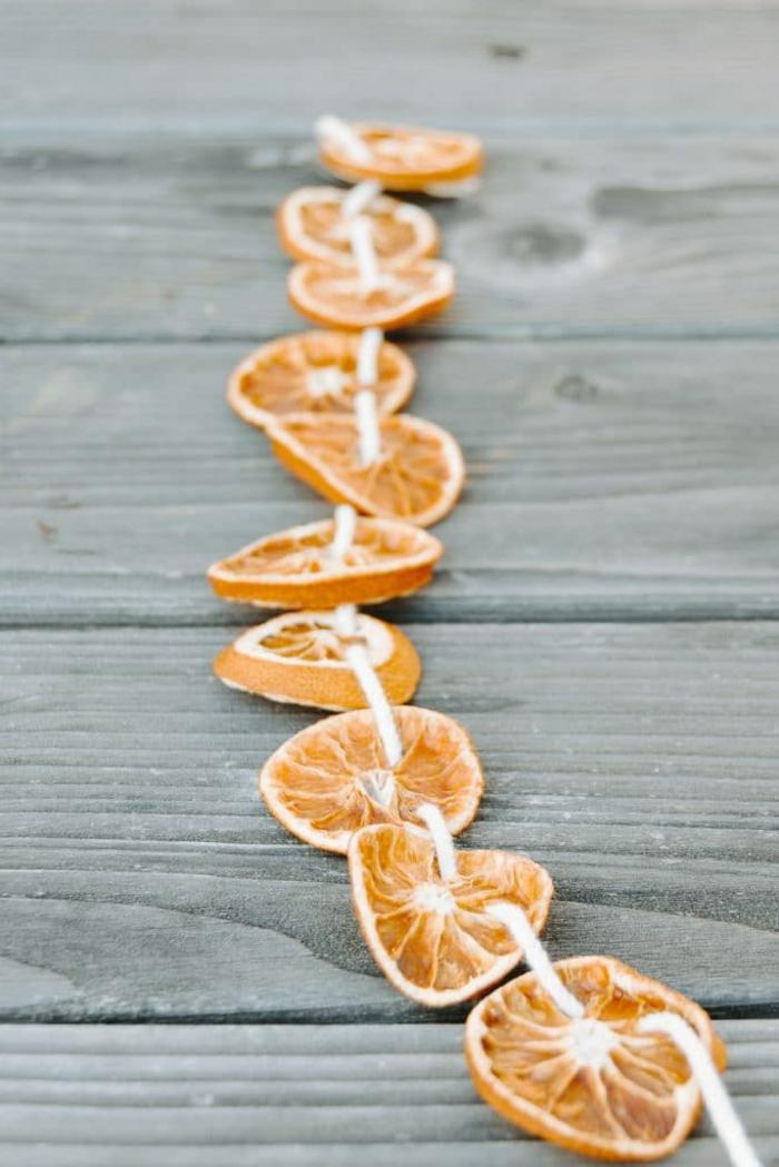 guirnalda DIY rústica de naranjas secas, ideas de decoracion navideña manualidades de materiales reciclados
