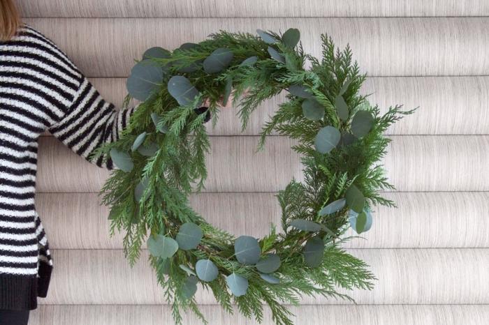 decoracion navideña manualidades paso a paso, guirnalda DIY hecha de ramos de pino