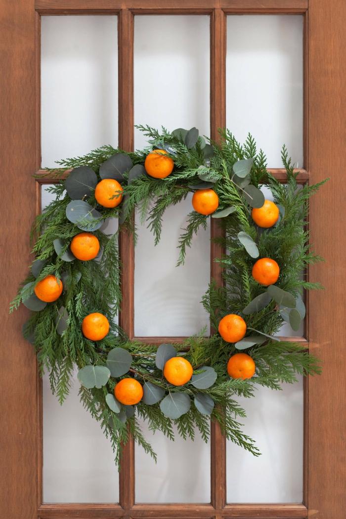 decoracion navideña DIY, guirnalda de navidad de materiales naturales para adornar tu puerta, decoracion navideña manualidades