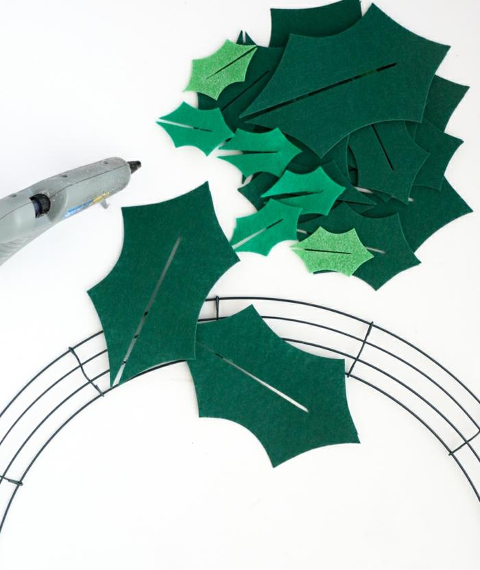 pasos para hacer una corona de navidad de fieltro, ideas de decoracion navideña manualidades
