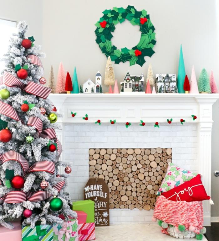 preciosa corona de Navidad en la pared, decoracion navideña manualidades, guirnalda DIY de fieltro
