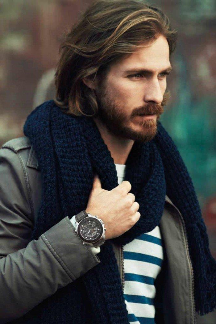 cortes de pelo modernos para hombre, pelo largo color castaño claro, barba longitud media bigotes
