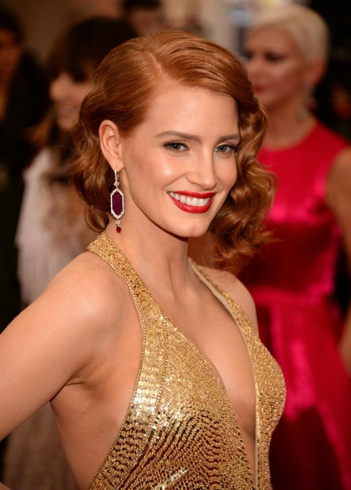 cortes de pelo corto mujer modernos, Jessica Chastain luciento una melena corta ondulada, peinada a un lado