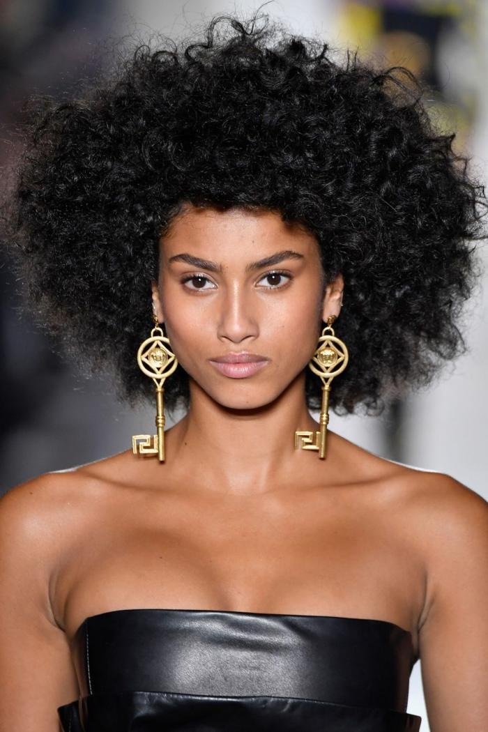 cortes para pelo rizado cortos, cabello afro cortado en capas, melena suelta con mucho volumen, pendientes originales