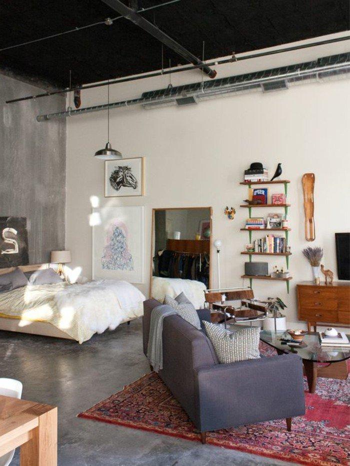 espacio grande decorado en blanco y negro, techo alto en negro, decoración de pisos pequeños en estilo industrial