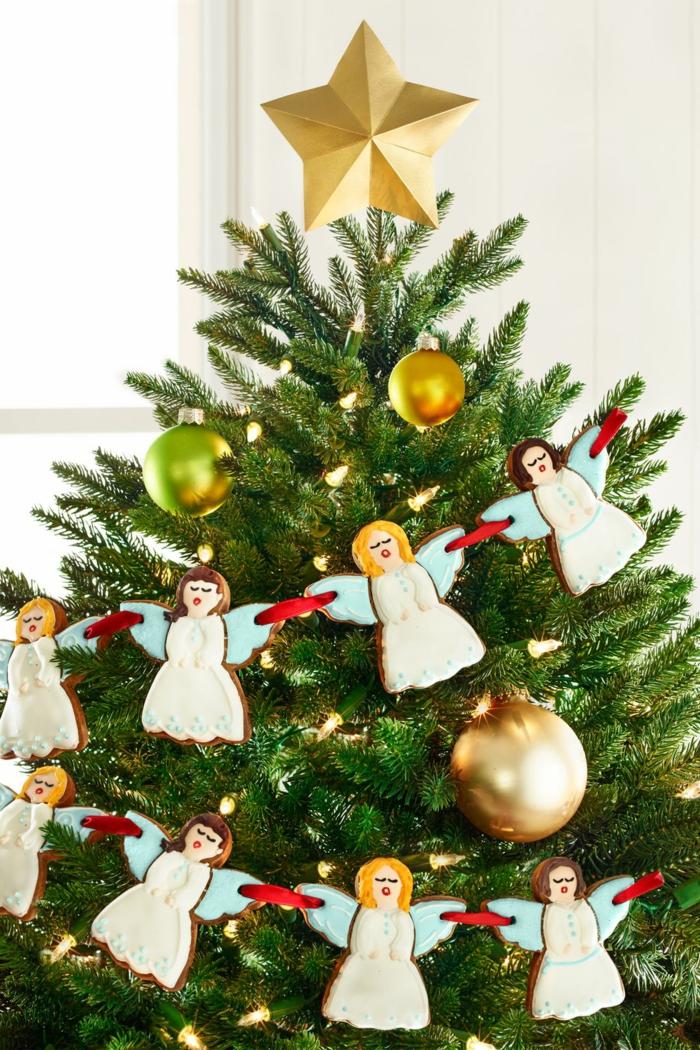 decoracion de árbol navideño con galletas de mantequilla navideñas en forma de angeles,