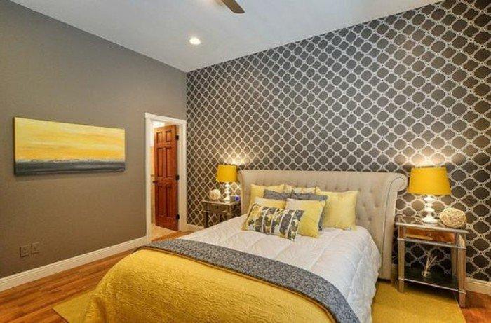 paredes gris marengo, papel pintado figuras geométricas, pintura grande en la pared, decoración en amarillo