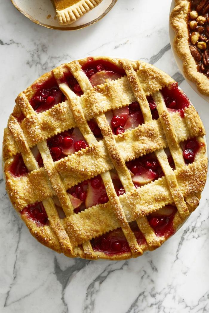 ideas de postres navideños faciles en bonitas imágines, que comer en Navidad, tarta de cerezas y peras