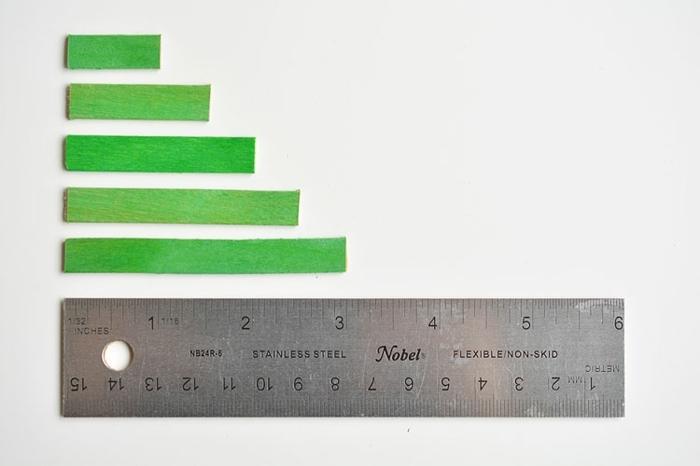 cómo hacer un árbol navideño de palos de madera, manualidades navideñas faciles para hacer en casa con tu pequeño