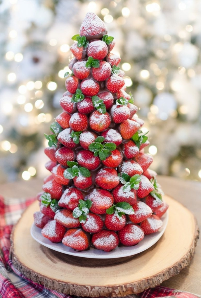 árbol navideño de chocolate y fresas, excelentes ideas de postres navideños faciles en fotos