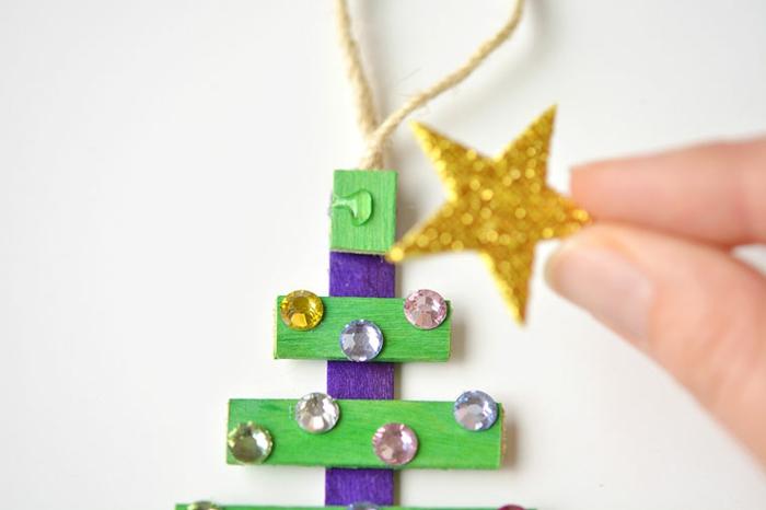 bonitos ornamentos navideños hechos de materiales reciclables, manualidades navideñas faciles paso a paso