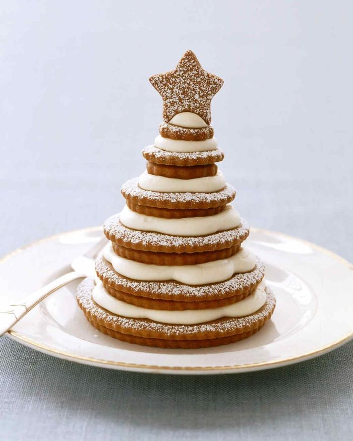 tarta navideña hecha de tortitas de diferente tamaño, como hacer postres navideños caseros