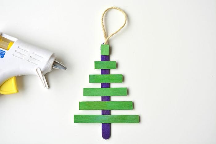 manualidades navideñas faciles para hacer con materiales reciclados, árbol de Navidad de palitos de helado reciclados