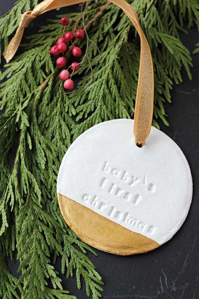 adornos de navidad caseros hechos de arcilla con iniciales para la primera Navidad de tu pequeño