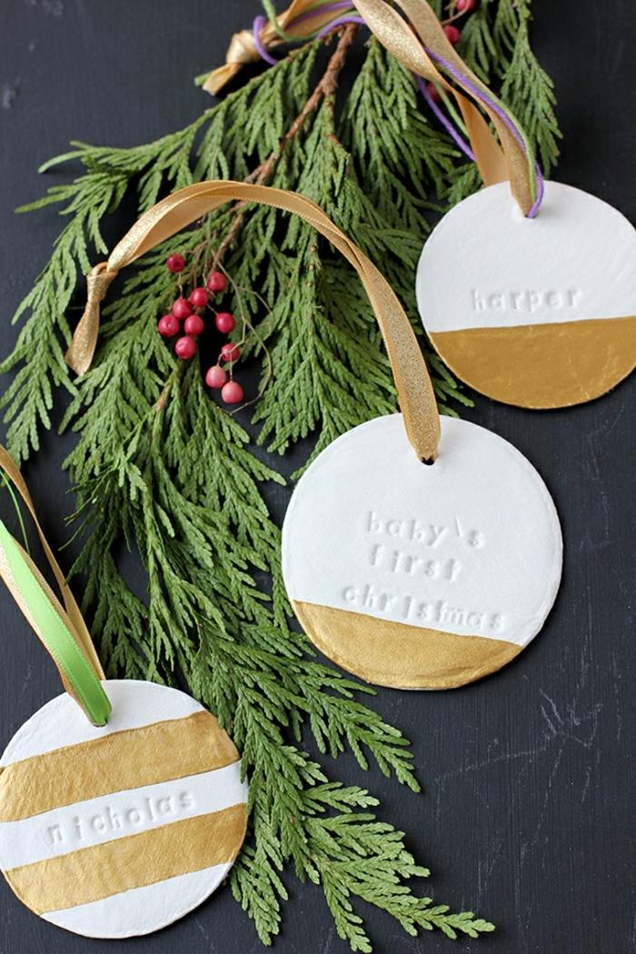 preciosos ornamentos de arcilla decorados en dorado, decoracion navideña manualidades paso a paso