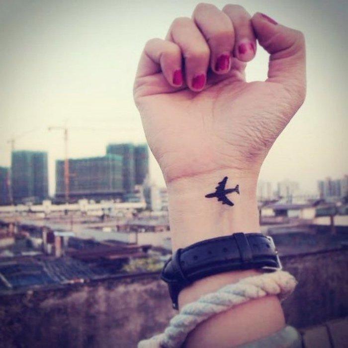 tatuajes pequeños en la muñeca, tatuaje avión pequeño, ideas de diseños para los amantes de los viajes