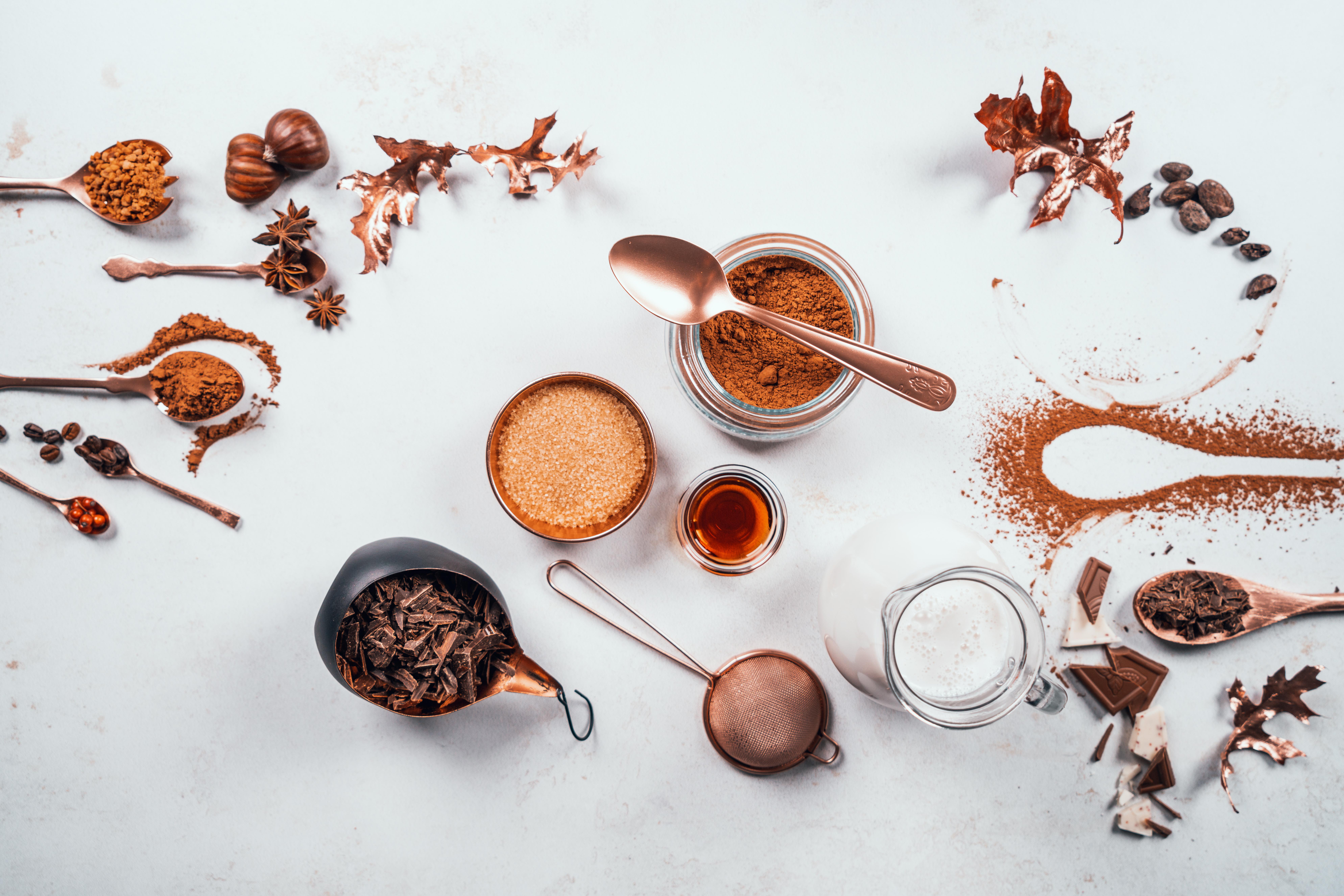 ingredientes para hacer chocolate caliente en casa, ralladura de chocolate, cacao en polvo, azucar moreno y extracto de vainilla