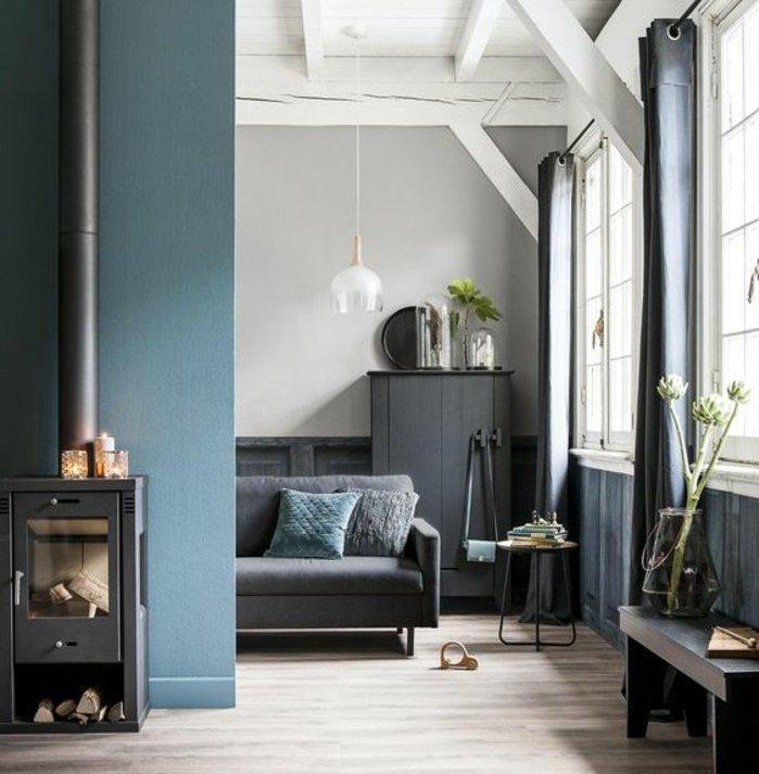 con qué colores combinar el azul, salón de diseño decorado en gris y azul, suelo con parquet paredes en gris claro