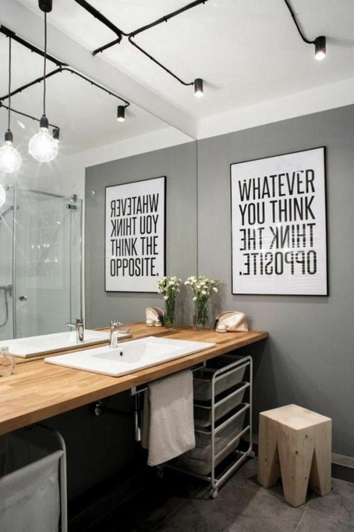 baño decorado de diseño con cuadro decorativo original en la pared, paredes gris marengo, encimera de madera